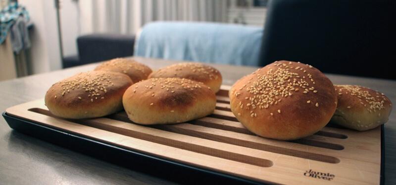 Je bouwt niet alleen zelf je burger, je kunt ook zelf hamburger broodjes maken!