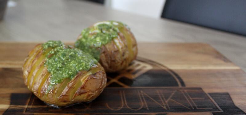 Hasselback Potatoes zien er niet alleen mooi uit, ze zijn ook heerlijk. Probeer dit Hasselback Potatoe recept met Pesto eens!