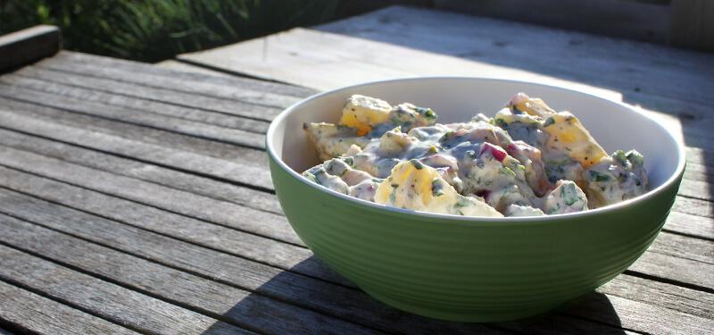 Ook salades voor bij de BBQ maak je eenvoudig zelf. Probeert dit recept voor aardappelsalade eens!