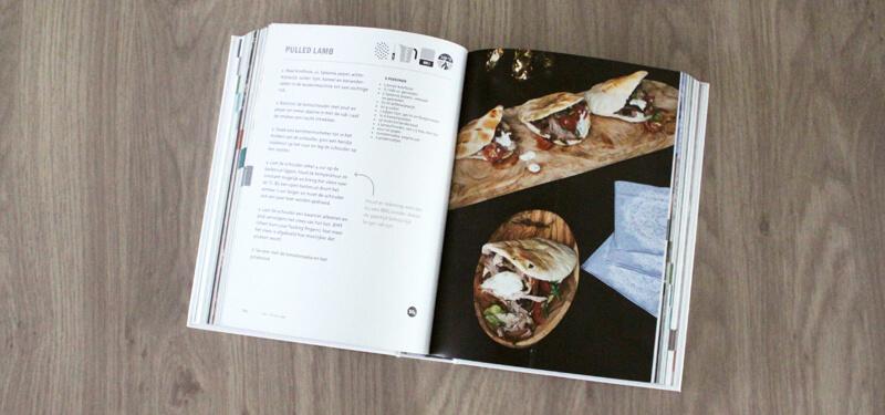 Eén van de recepten uit de BBQ Bijbel van Julius Jaspers is dat voor Pita's met Pulled Lamb!