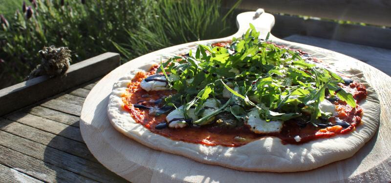 Breng Italië naar je eigen achtertuin met een pizzasteen en dit recept voor een heerlijke Pizza met geitenkaas!