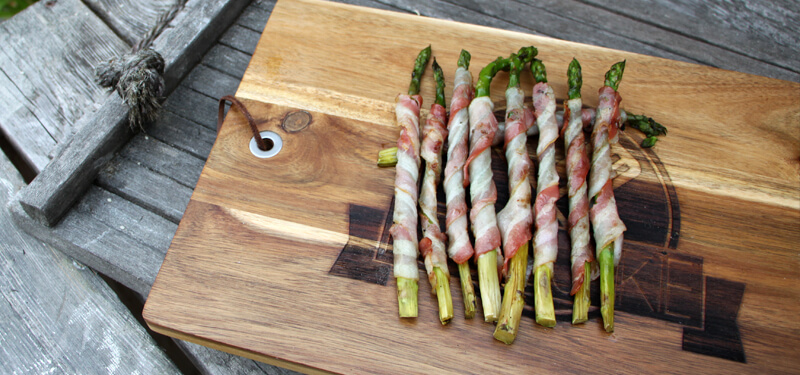 Een lekker bijgerecht voor de BBQ? Probeer deze groene asperges met bacon eens!