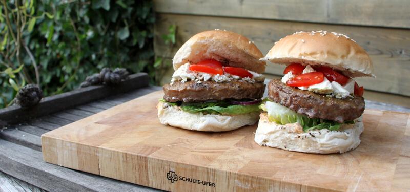Weer tijd voor hamburgers! Deze keer burgers met een Marokkaans tintje. Met hummus en feta.