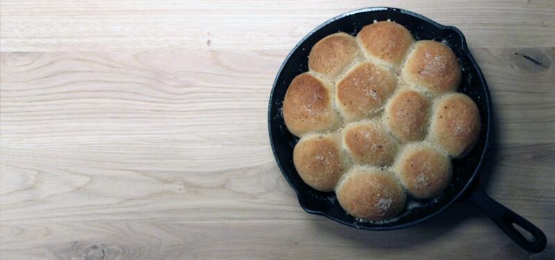 Brood uit een gietijzeren pan van de BBQ. Kan gewoon!