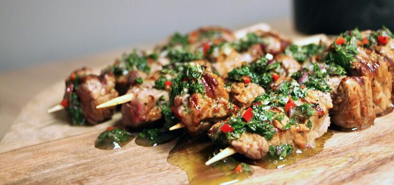 Chimichurri is een heerlijke groene salsa, die uitstekend combineert met heerlijke biefstuk spiesen!