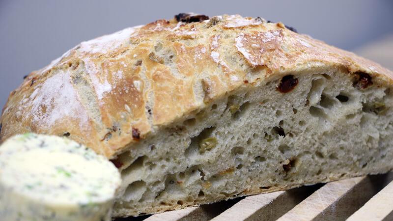 Brood bakken op de BBQ? Dat kan in een Dutch Oven. Probeer dit Mediterraanse brood bijvoorbeeld eens.