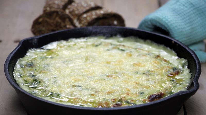 Stokbroodje bij de BBQ? Maak dan ook deze kaasdip met spinazie en artisjokken!