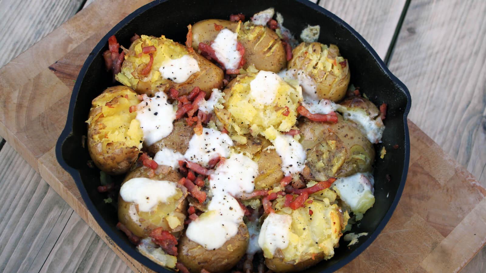 Deze gebakken aardappelen met bacon en mozzarella van de BBQ is heerlijk naast een mooi stukje vlees!