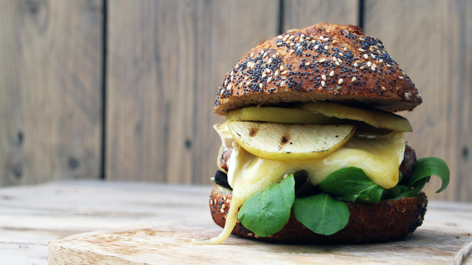 Een speciale hamburger maken? Dan is dit hamburger recept met iberico vlees, camembert en gegrilde appel precies wat je zoekt!