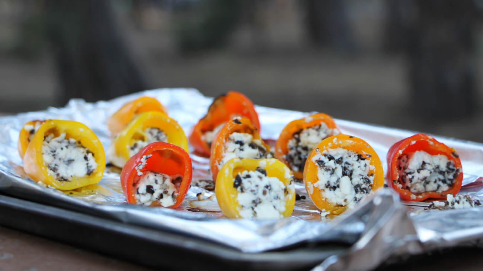 Bijgerechten van de BBQ? Deze gevulde mini paprika's zijn super lekker!