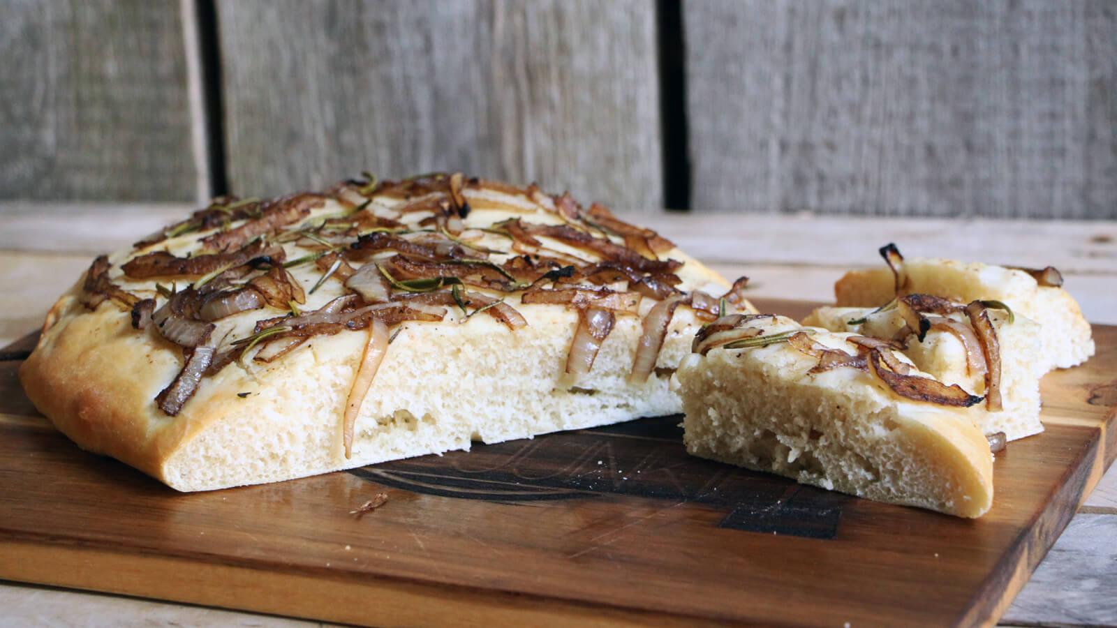 Maak dit focaccia recept op de BBQ door een pizzasteen te gebruiken!