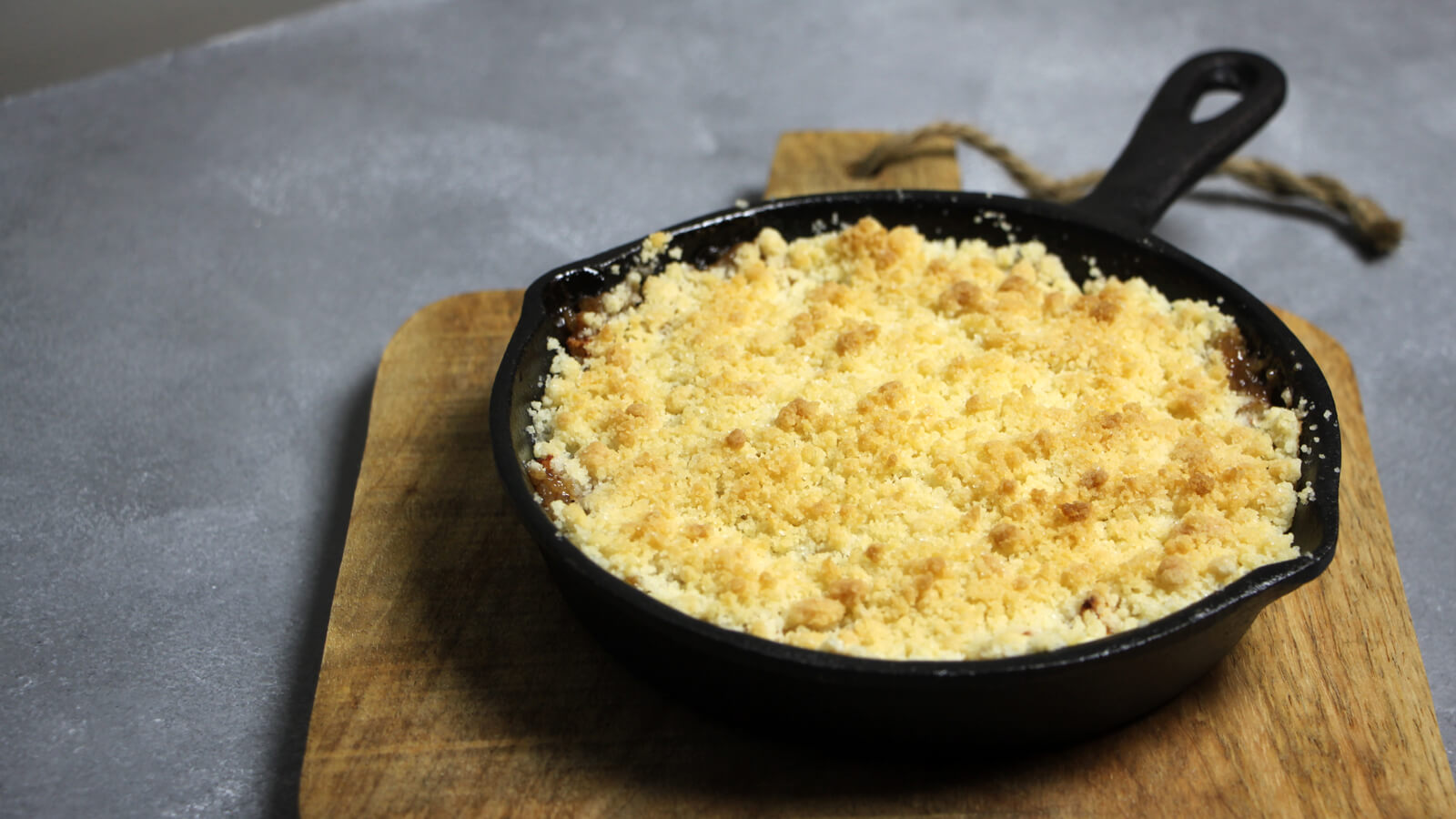 Deze apple crumble van de BBQ is perfect als BBQ dessert!