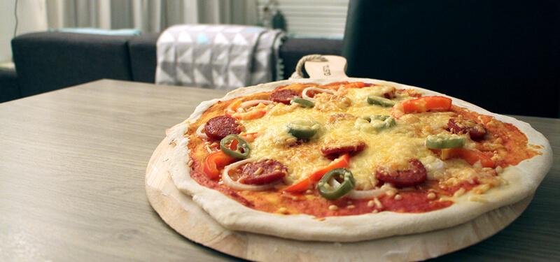 Pittige pizza peperoni bbq junkie for Pizza bakken op tafel