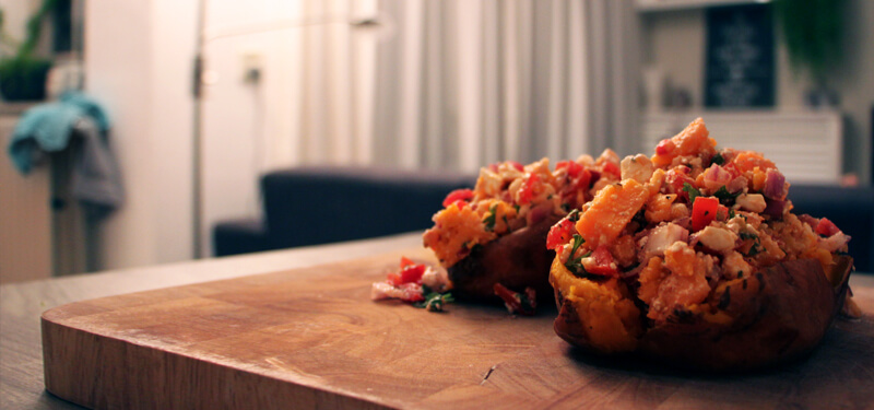 Met dit recept voor gevulde zoete aardappel bereid je een heerlijk bijgerecht op de BBQ!