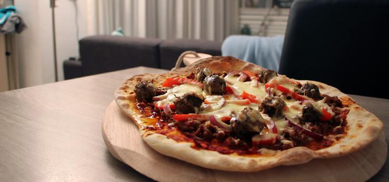 Zin in een pizza met pit? Deze Pittige Gehakt Pizza is wat je zoekt!
