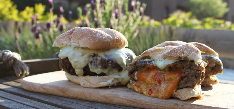 Beter dan Hamburgers gevuld met Chili's en Cheddar wordt het niet! Probeer dit hamburger recept!