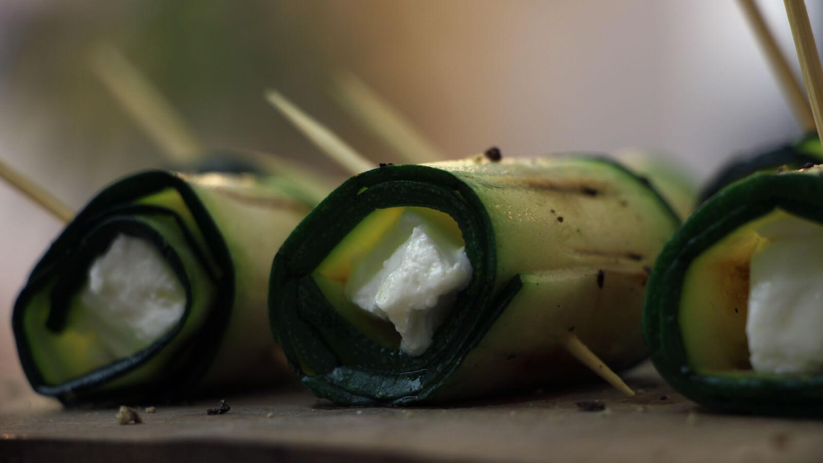 Op zoek naar heerlijke groente recepten voor de BBQ? Deze courgette rolletjes met geitenkaas zijn een aanrader!