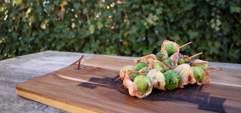 Op zoek naar passende bijgerechten bij een mooi stuk vlees? Deze spiesjes met spruitjes en bacon kunnen altijd!