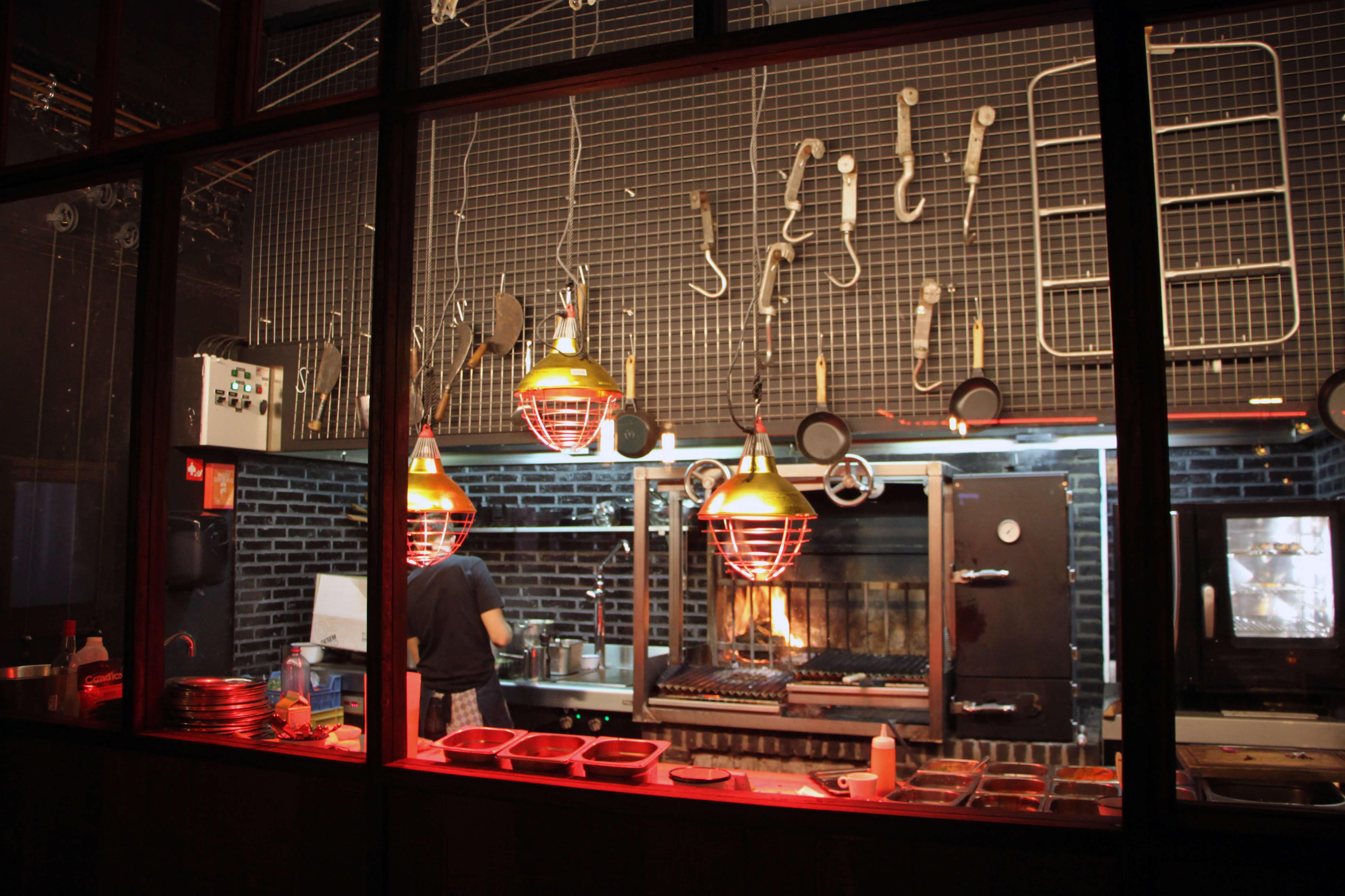 Een kijkje in de open keuken van BBQ restaurant Black Smoke in Antwerpen.