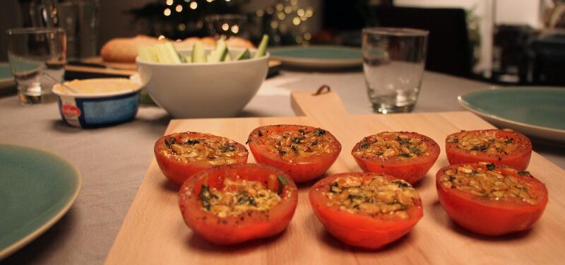 Deze gevulde tomaten zijn makkelijk voor te bereiden, snel klaar en heerlijk bij een mooi stukje vlees!