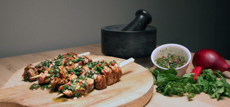 Dit heerlijke BBQ recept voor biefstuk spiesen met chimichurri is heerlijk! Je scoort gegarandeerd punten met dit gerecht!
