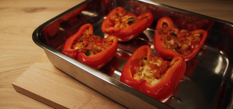 Deze gevulde paprika's van de BBQ zijn een mooi bijgerecht of hoofdgerecht voor de vegetarische BBQ'er.