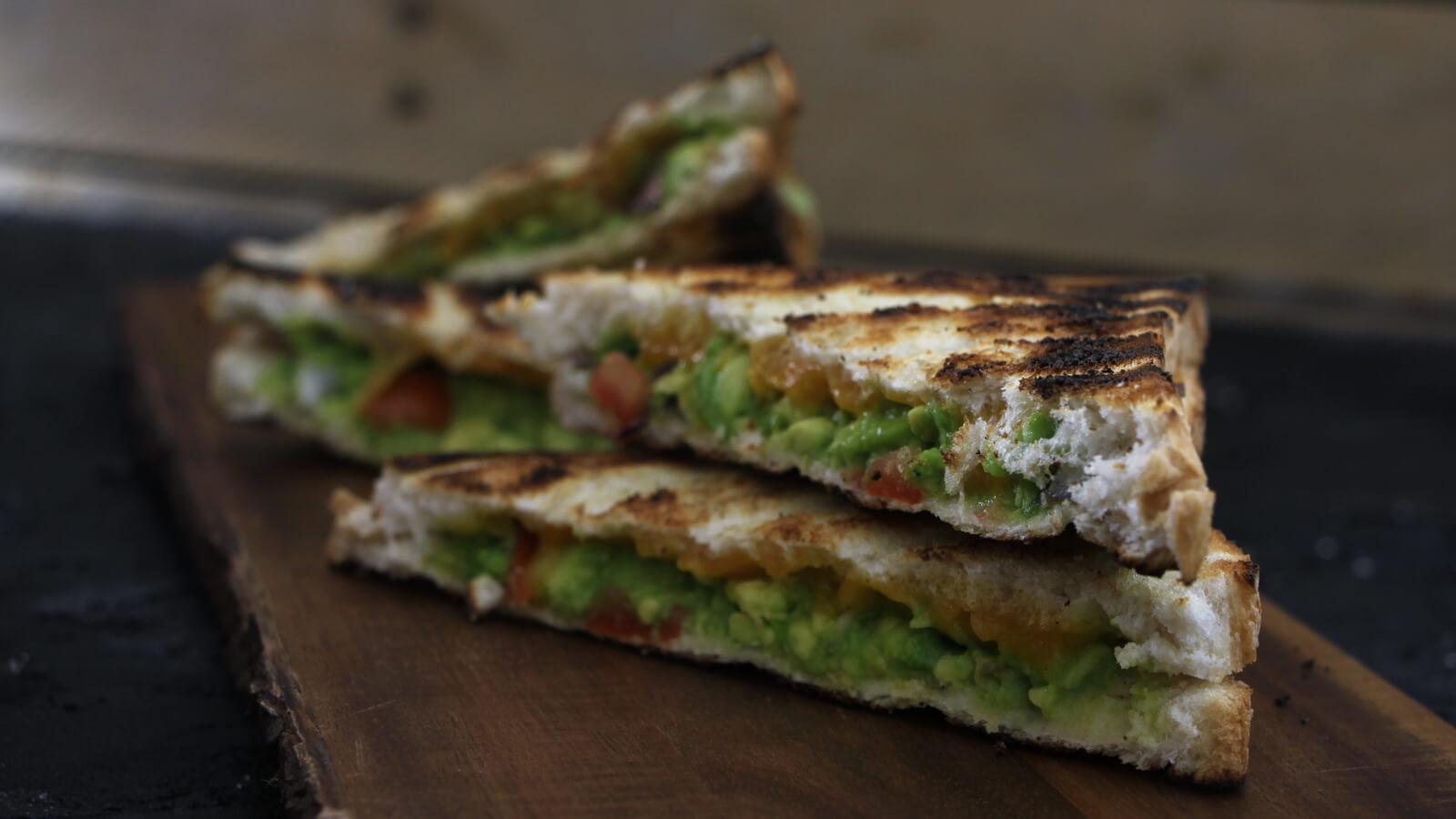 Braaibroodjies recept met guacamole. De Zuid-Afrikaanse tosti van de BBQ!