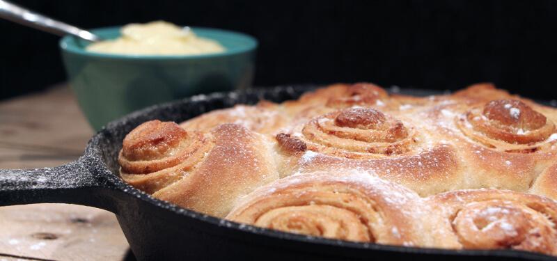 Dit Cinnamon Rolls recept van de BBQ is er eentje voor de echte zoetekauw!