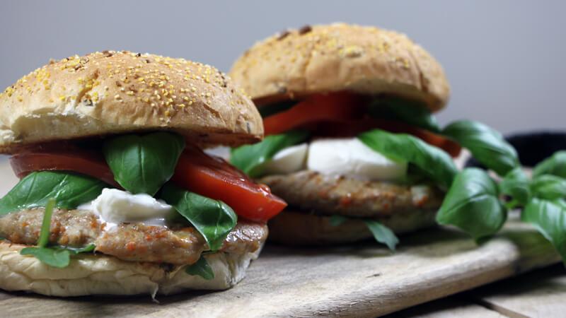 Vrijdag is vanaf nu 'Hamburgerdag'! Met dit hamburger recept voor Kip Caprese Burgers trap ik deze reeks af!