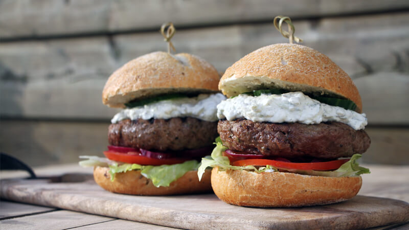 Op zoek naar een lekker BBQ recept voor hamburgers? Ga op de Griekse toer met deze Bifteki Burgers!