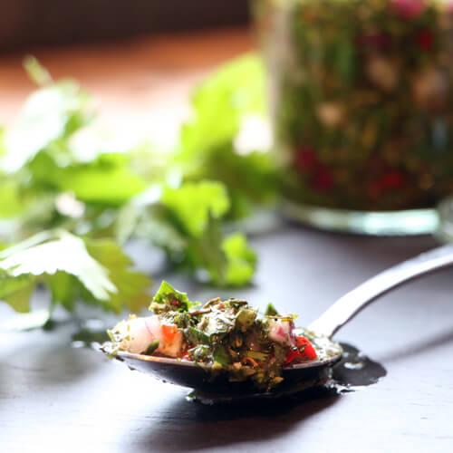 Op zoek naar een lekker sausje voor bij je gegrilde steak of kip? Dit chimichurri recept is wat je zoekt!