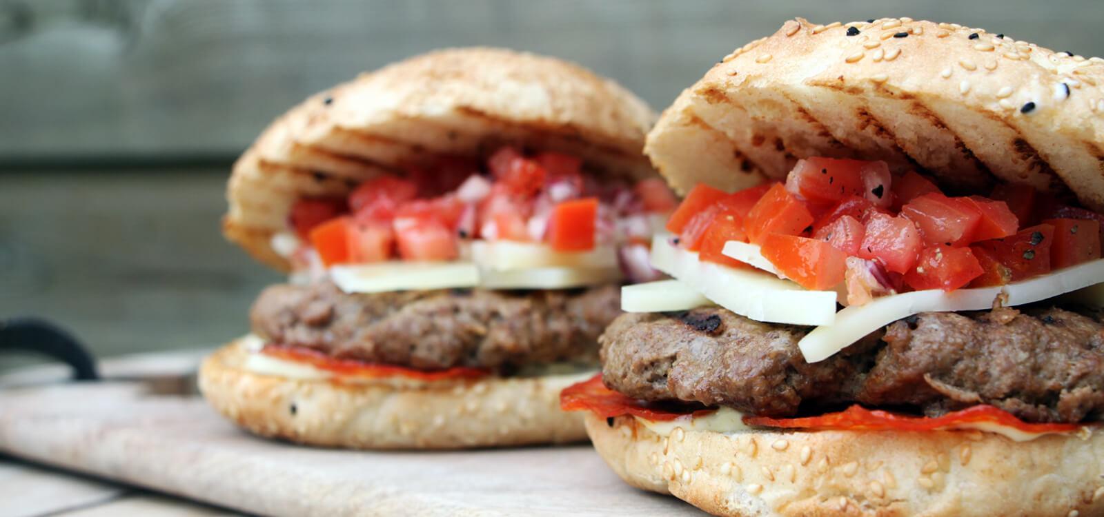 Vrijdag is vanaf nu 'Hamburgerdag'! En met deze Spaanse Burgers van de BBQ kun jij het weekend prima inluiden!