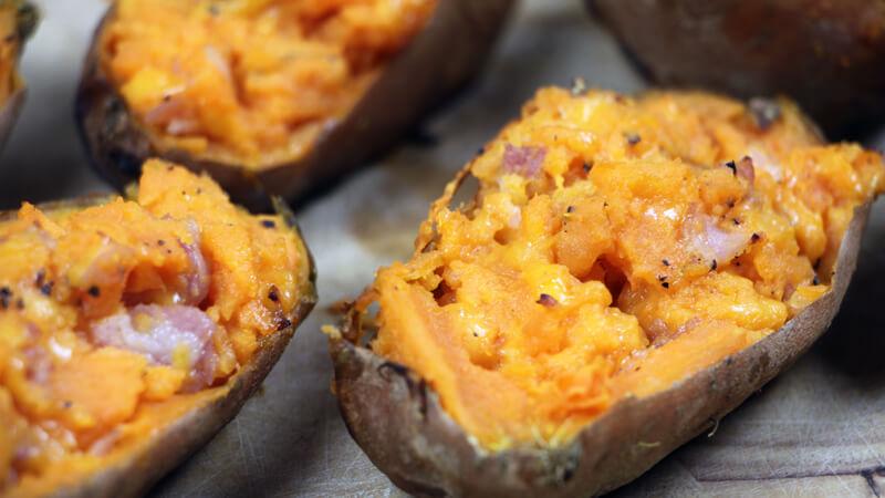 Op zoek naar een lekker BBQ bijgerecht? Ga voor deze sweet potatoe skins!
