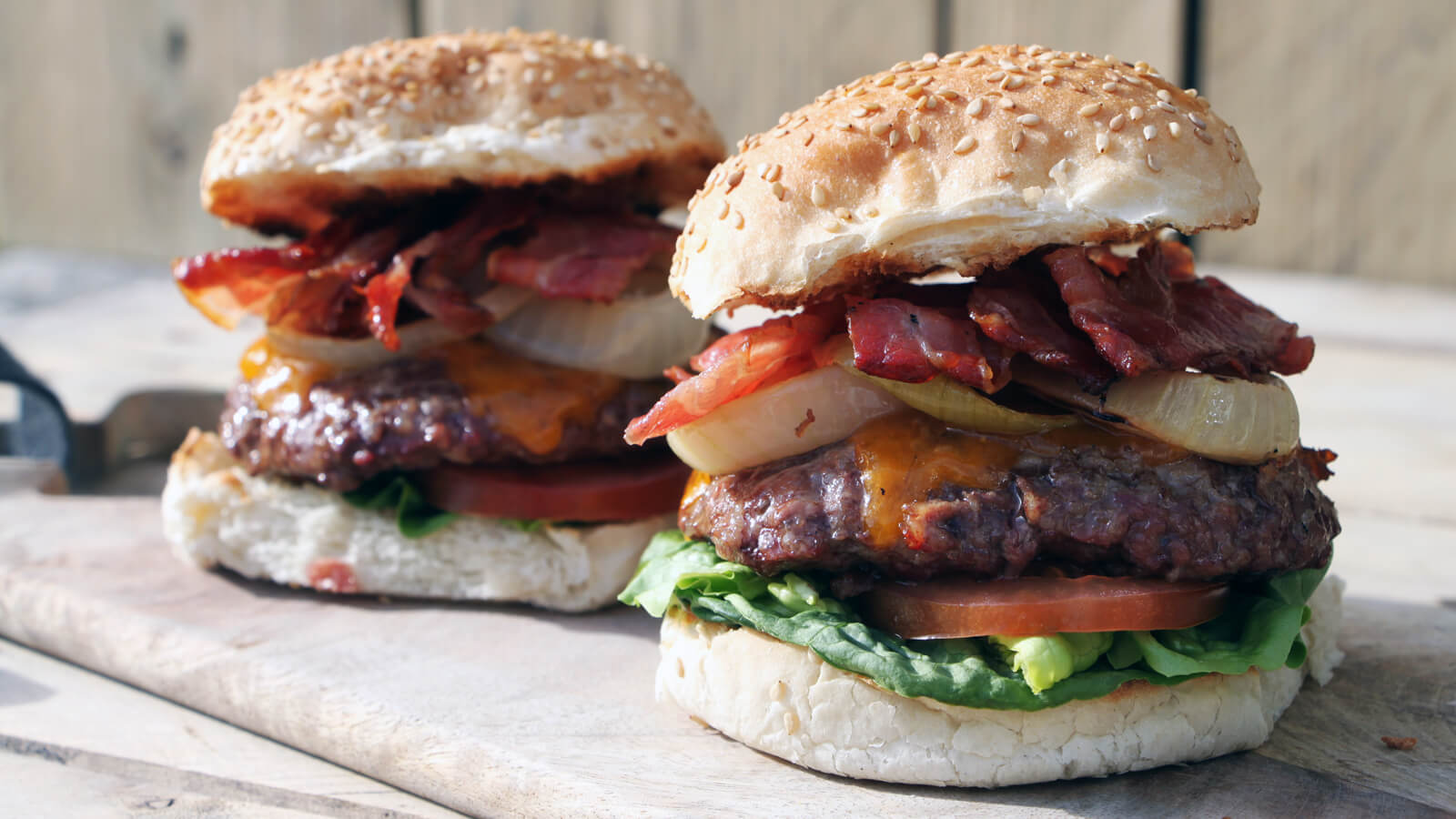 Gewoon een goede burger, zonder al te veel poespas, maken? Ga voor deze Classic Bacon & Cheese Burgers!