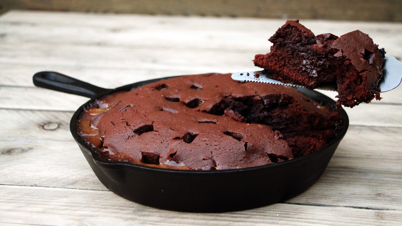 Deze Karamel Fudge Brownie is heerlijk als dessert van de BBQ!