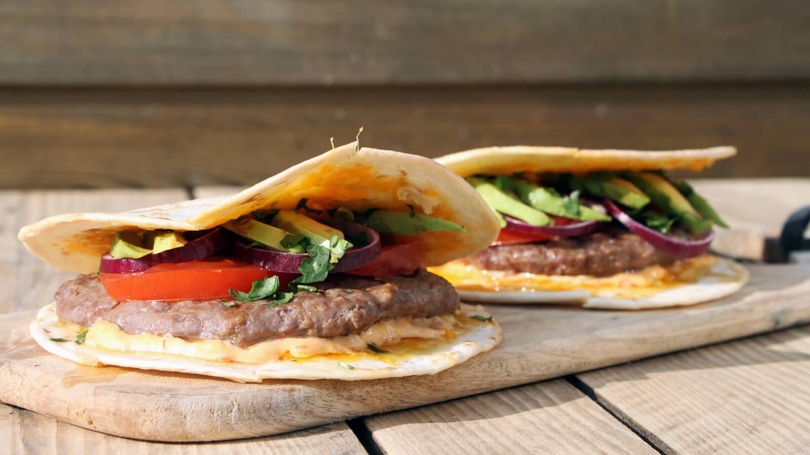 Een keer iets anders dan de standaard burgers? Ga dan voor deze quesadilla burgers van de BBQ!