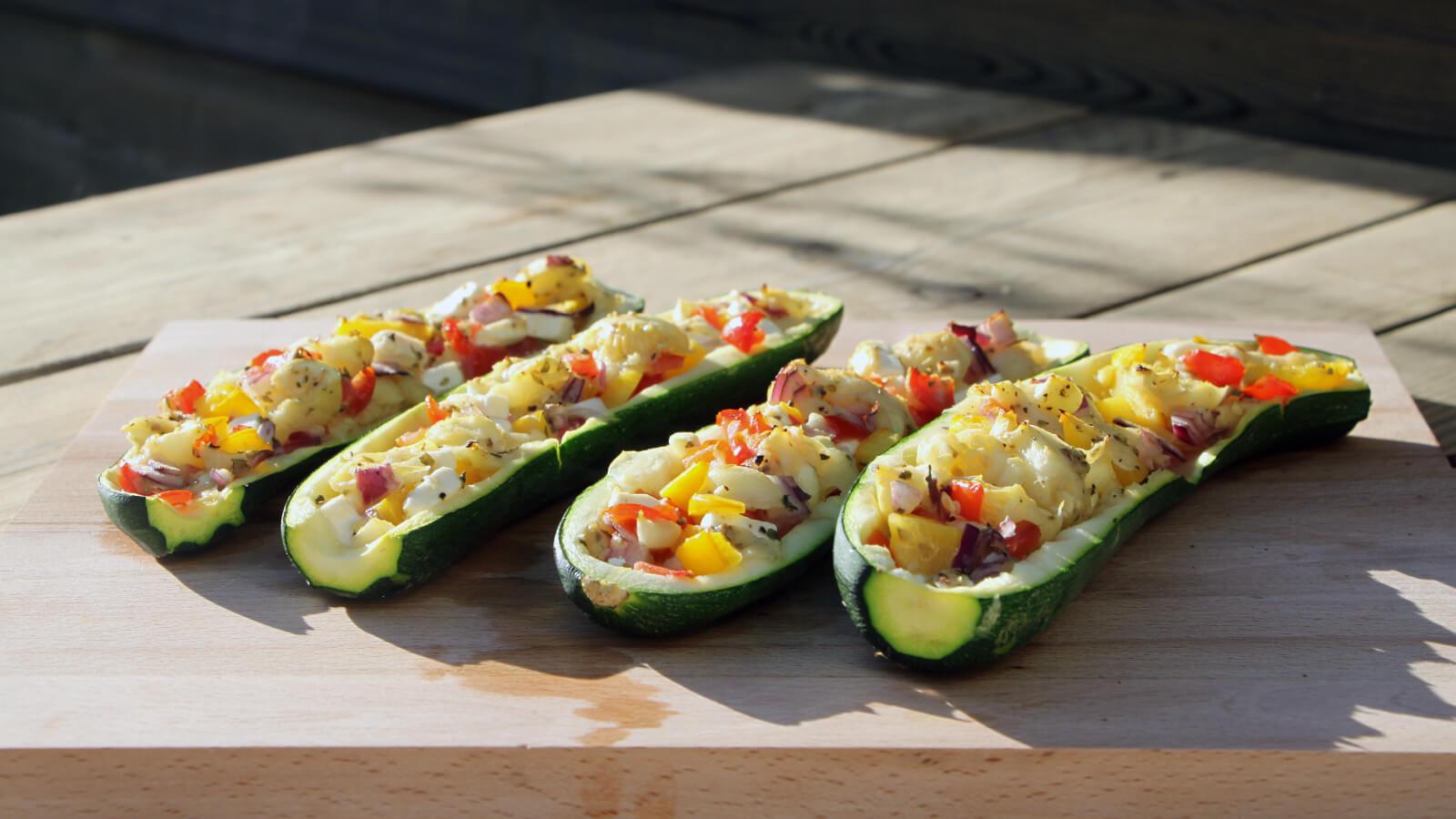 Dit recept voor courgette bootjes is het ideale bijgerecht: makkelijk, snel en heerlijk!