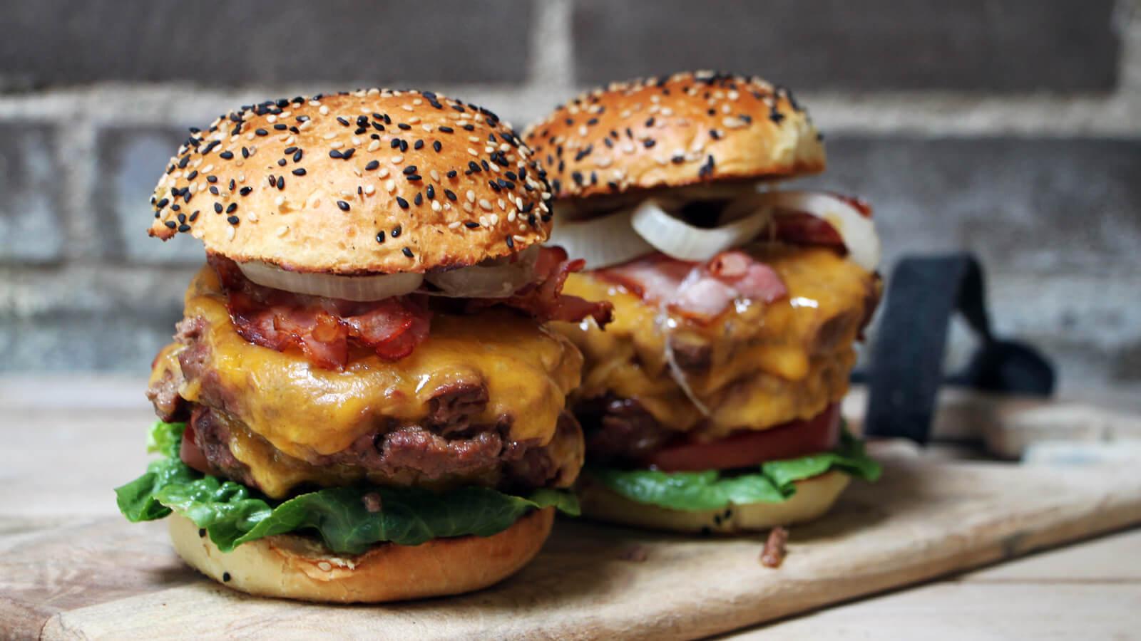 We gaan over de top met dit BBQ recept voor dubbele cheeseburgers!