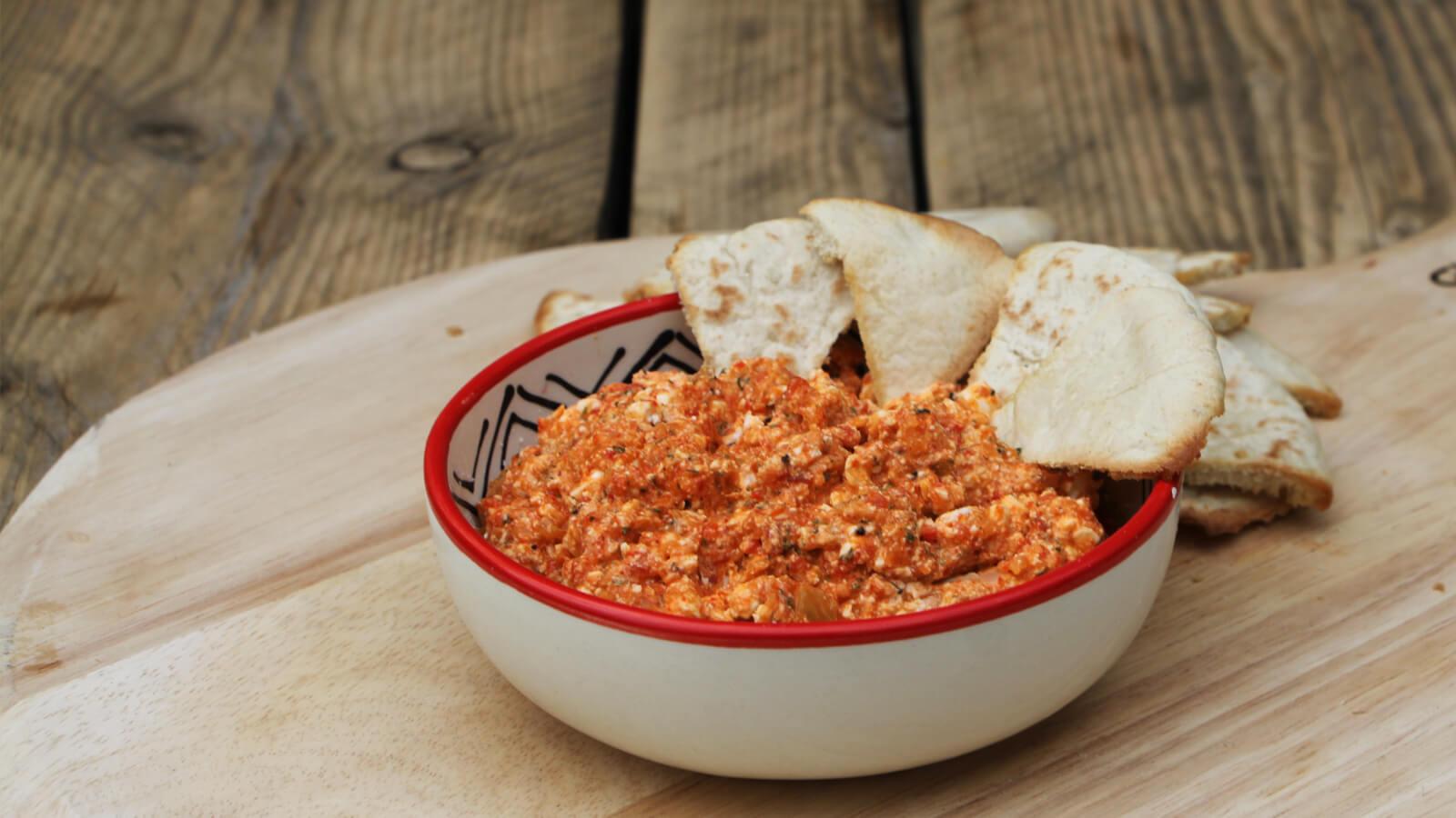 Maak deze makkelijke dip, met geroosterde puntpaprika en feta, eenvoudig op de BBQ!