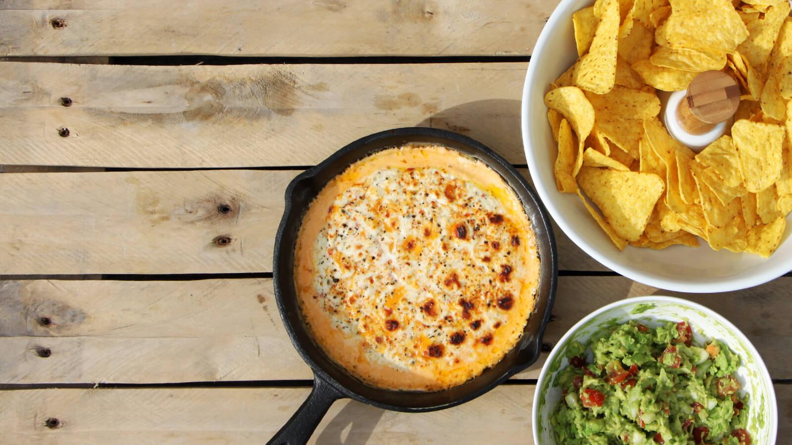 Het ideale voorgerecht van de BBQ? Dat is deze kaasdip. Serveer het met tortillachips of een broodje en je bent klaar!