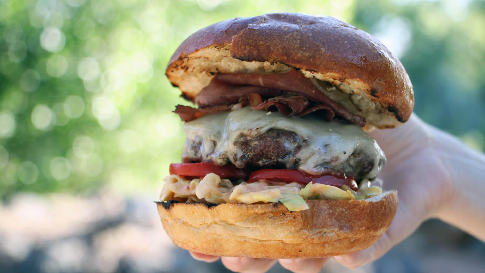 Het weekend goed inluiden? Dat doe je met dit recept voor Pastrami Burgers!