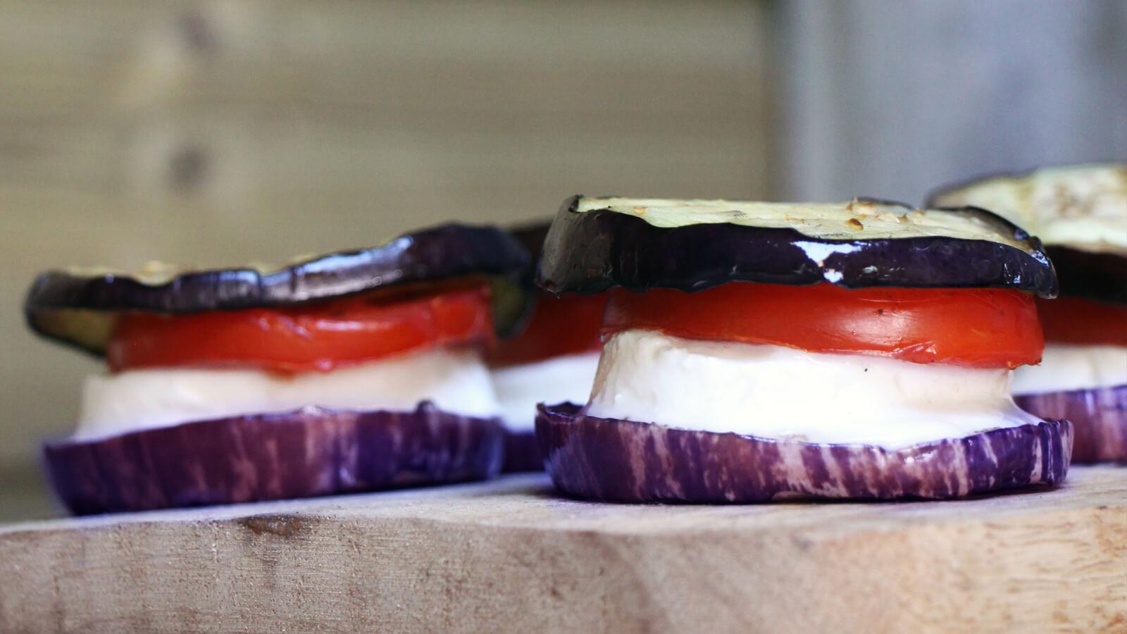 Deze aubergine capreses van de BBQ zijn makkelijk, gezond en lekker!