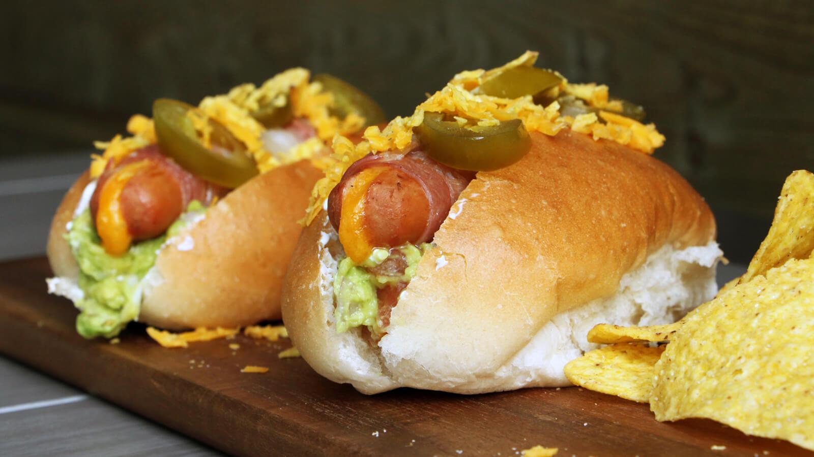 Het weekend inluiden doe je goed met dit BBQ recept voor Mexicaanse Hot Dogs!