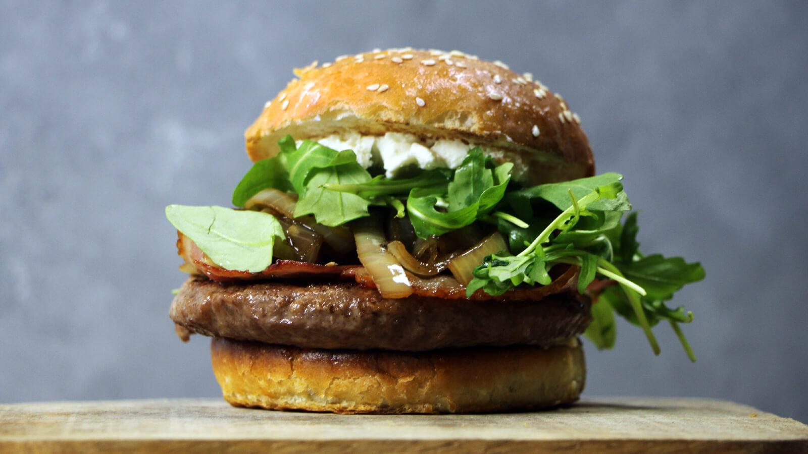 BBQ'en met whisky? Het kan met deze Bourbon Burgers met Geitenkaas!