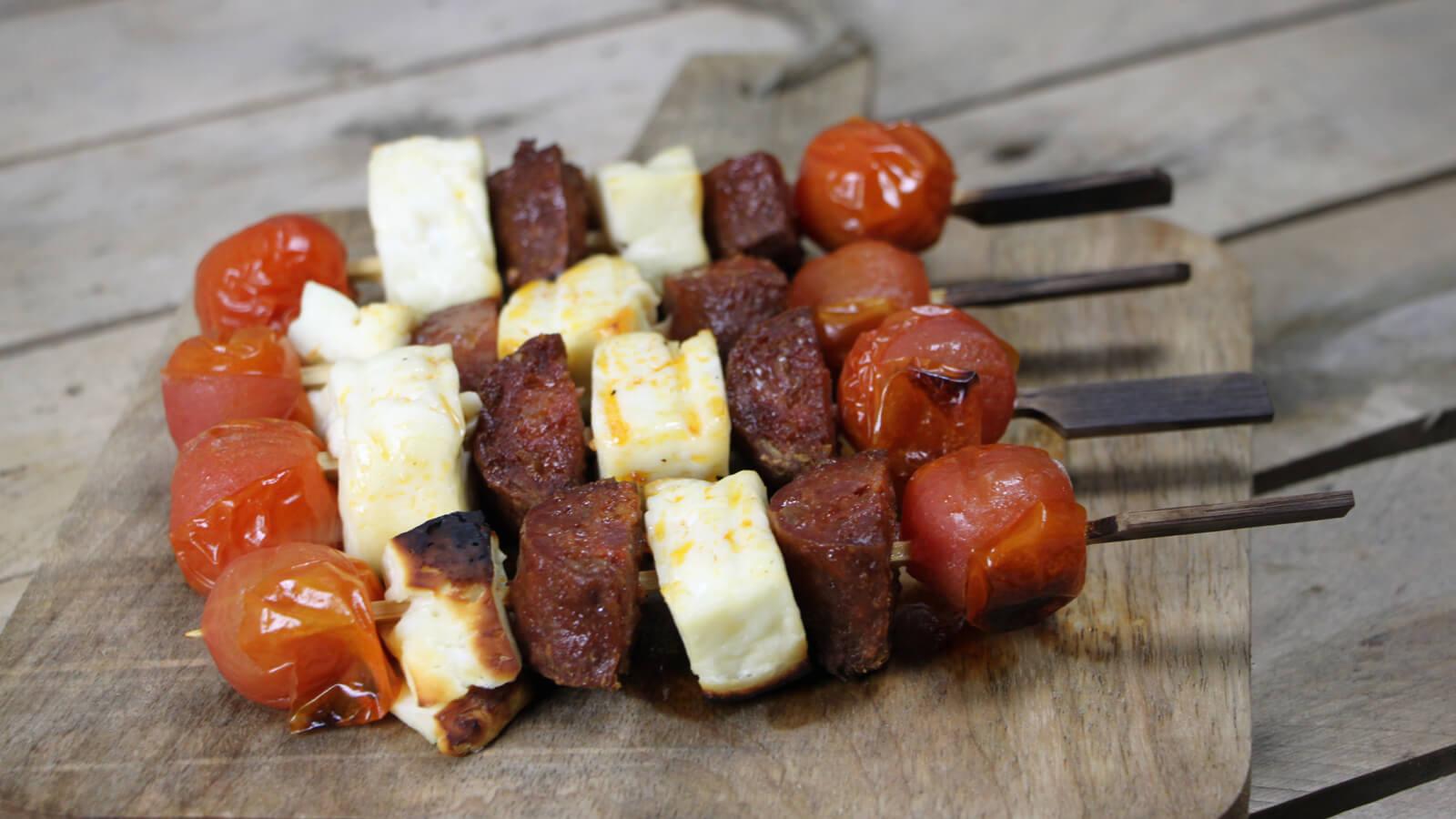 Een simpel maar overheerlijk BBQ bijgerecht maken? Ga voor deze chorizo haloumi spiesen!