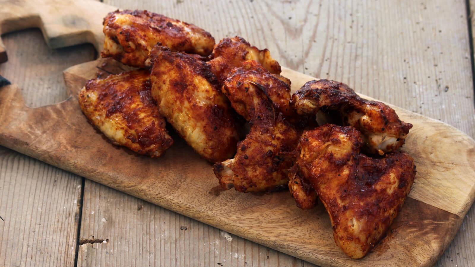 Kippenvleugels van de BBQ in de vorm van een leuk spel. Dat is Chicken Wing Roulette!