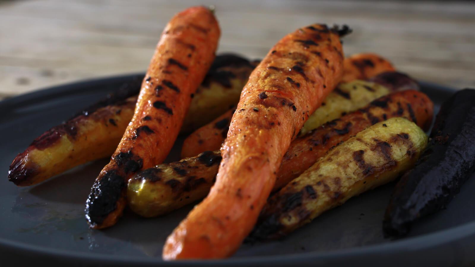 Een makkelijk bijgerecht voor op de BBQ? Ga voor deze geroosterde wortelen!
