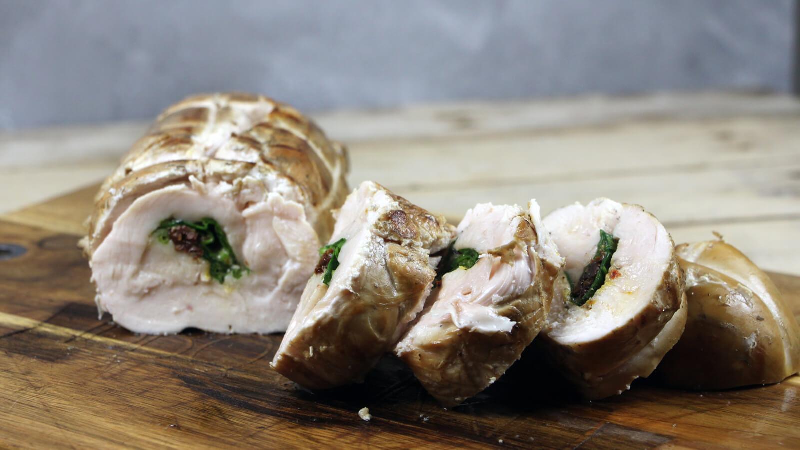 Een mooi recept bereiden waarmee je indruk maakt op je gasten? Ga dan voor deze Italiaans gevulde Kip Rollade van de BBQ!
