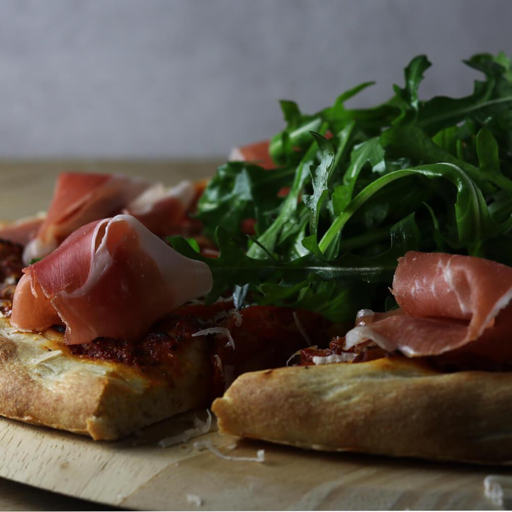 Breng Italië naar je eigen achtertuin met een pizzasteen en dit recept voor een heerlijke Pizza Parma!