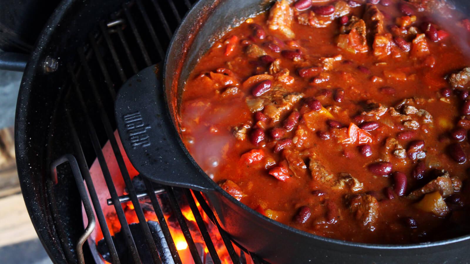 Low & Slow BBQ'en? Ga dan eens voor Chili Con Carne uit de Dutch Oven!